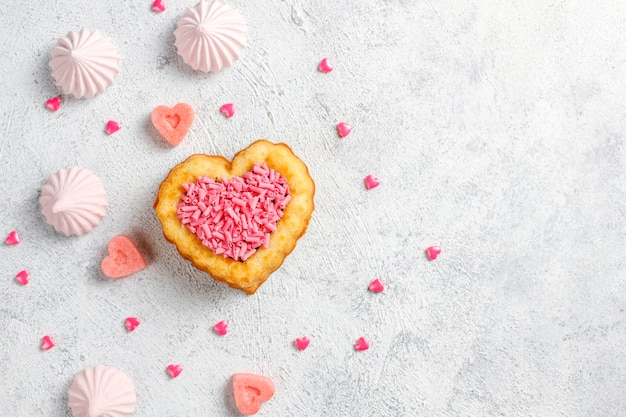 Herzförmige kuchen zum valentinstag.