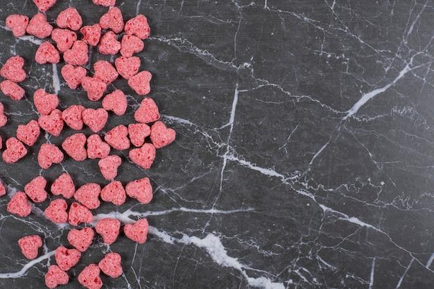 Herzförmige müsliflocken auf marmor.