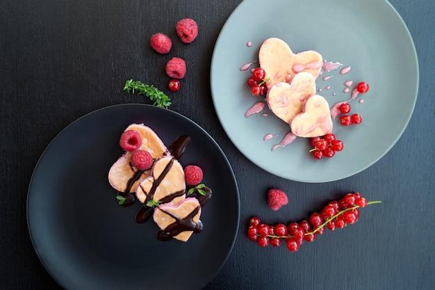 Herzförmige pfannkuchen mit johannisbeere zum valentinstag