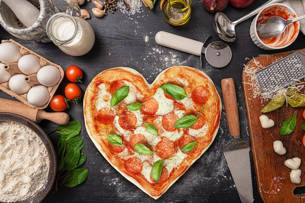 Herzförmige pizza zum abendessen zum valentinstag