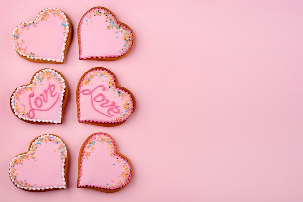 Herzförmige plätzchen für valentinstag mit kopienraum