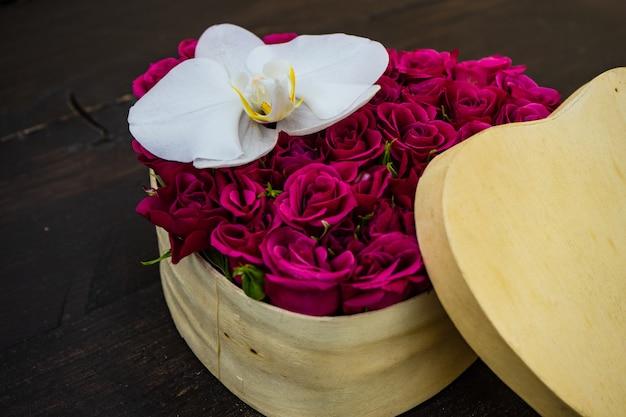 Herzförmige schachtel voller rosen