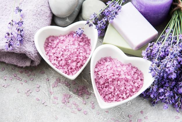 Herzförmige schale mit meersalz, seife und lavendelblüten