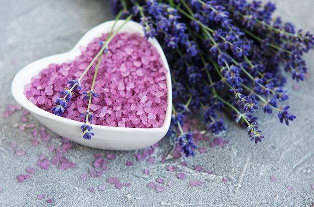 Herzförmige schüssel mit meersalz und frischen lavendelblüten