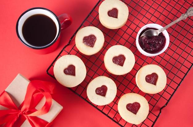 Herzförmige traditionelle linzer-kekse mit erdbeermarmelade