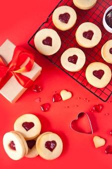 Herzförmige traditionelle linzer-kekse