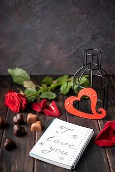 Herzförmige valentinstagschokoladen mit rose