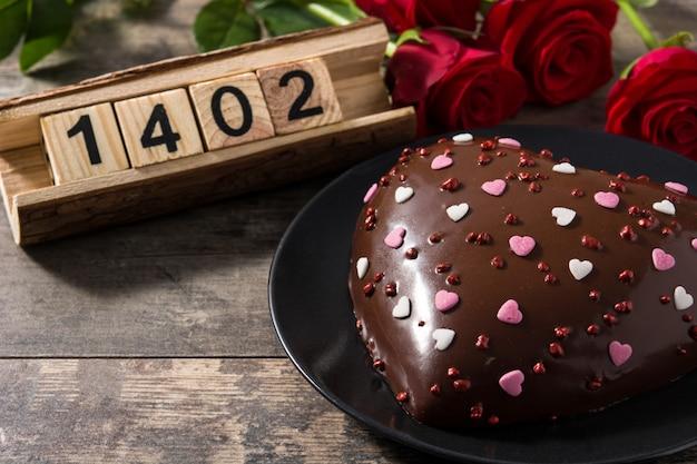 Herzförmiger kuchen und rote rosen
