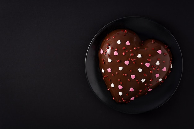 Herzförmiger kuchen zum valentinstag