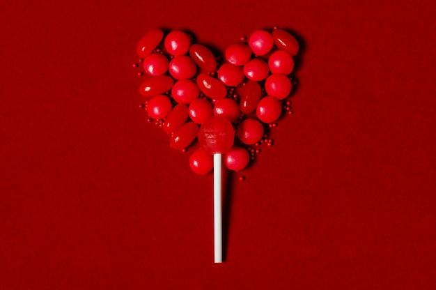 Herzförmiger lutscher aus süßigkeiten