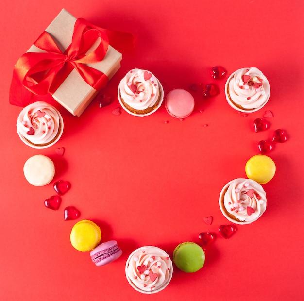 Herzförmiger rahmen mit cupcakes