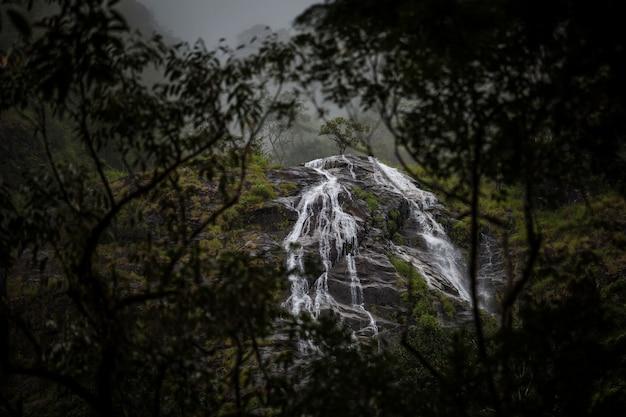 Herzförmiger wasserfall. pitugro-wasserfall lokalisieren im tiefen wald von umpang, thailand.