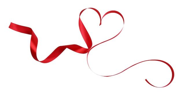 Herzförmiges glänzendes rotes satinband isoliert auf weiß