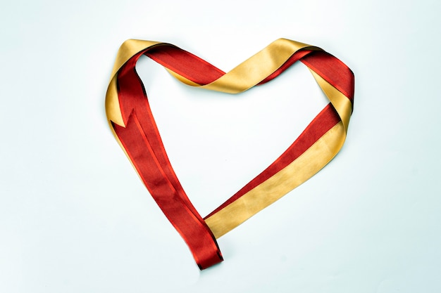 Herzförmiges rotes satinband