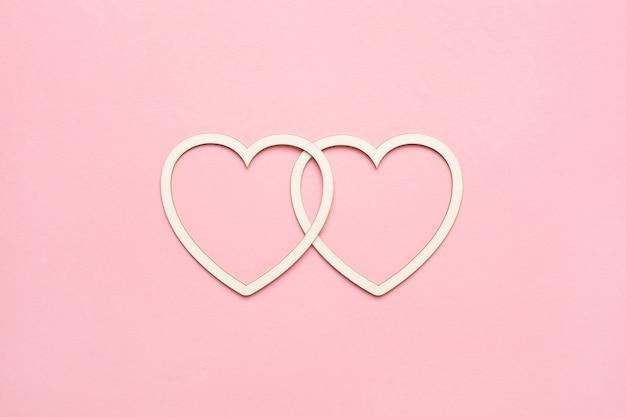 Herzform auf pastellrosa.