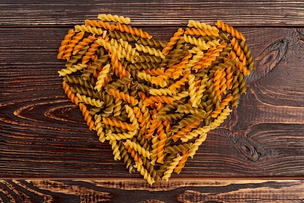 Herzform aus coloful fusilli nudeln.