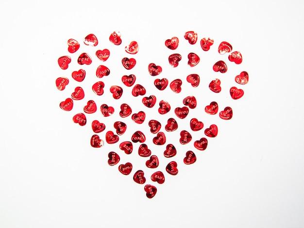 Herzform aus herzobjekten auf weißem hintergrund, glücklicher valentinstag, muttertag, flache lage, draufsicht