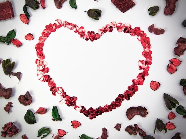 Herzform aus herzobjekten und rosenblättern auf weißem hintergrund mit kopienraum, glücklicher valentinstag, muttertag, flache lage, draufsicht
