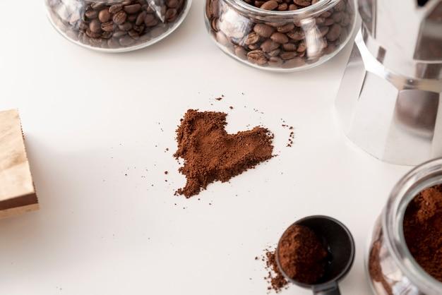Herzform aus kaffeepulver