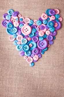 Herzform aus knöpfen über canvas-textil