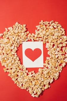 Herzform aus popcorn mit grußkarten