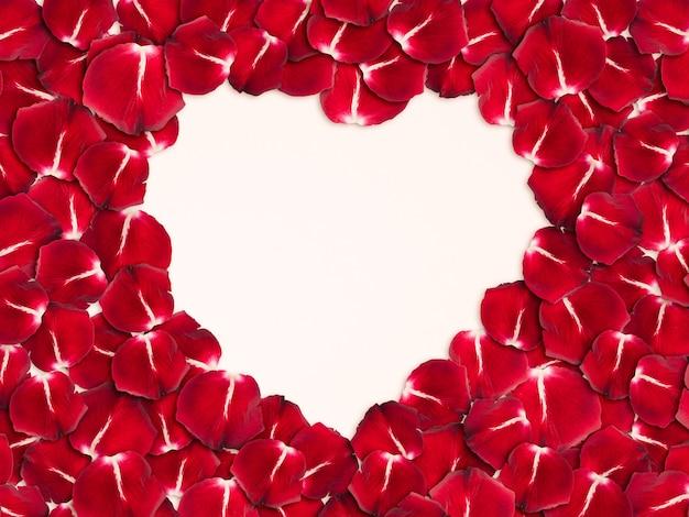Herzform aus rosenblättern mit kopienraum, blumenhintergrund, glücklichem valentinstag, muttertag, flacher lage, draufsicht