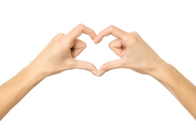 Herzform. frauenhand mit französischer maniküre, die lokal gestikuliert. teil der serie