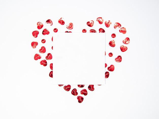 Herzform mit weißem briefpapier auf weißem hintergrund mit kopienraum, glücklicher valentinstag, muttertag, flache lage, draufsicht
