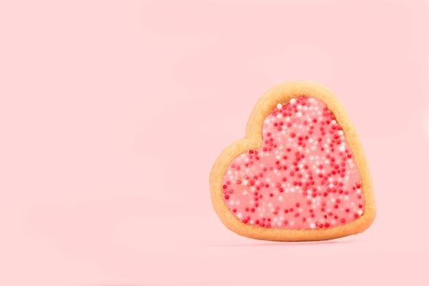 Herzform rosa keks auf einem rosa hintergrund