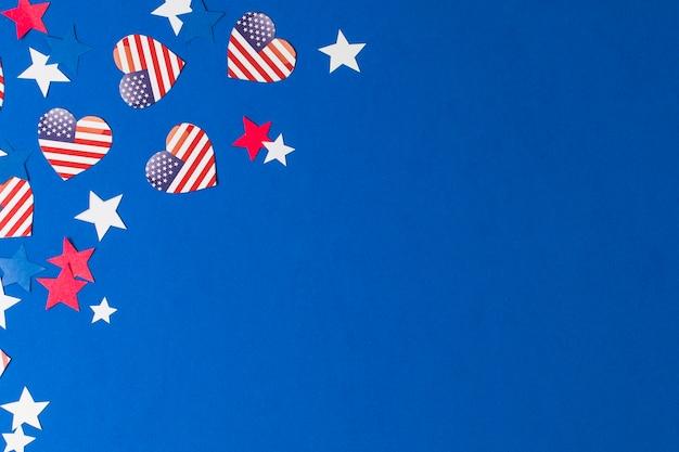 Herzform-usa-flaggen und -sterne auf blauem hintergrund