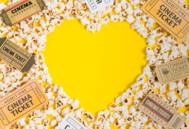 Herzform von popcorn und kinokarten