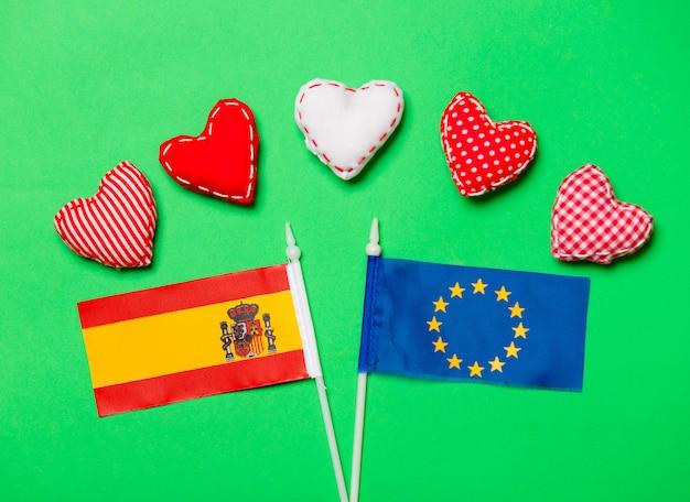 Herzformen und flagge der europäischen union und spaniens