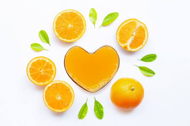 Herzformglas frischer orangensaft mit orange frucht. ansicht von oben