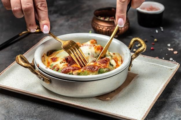Herzhafte hausgemachte crpes mit champignons, hühnchen und spinat mit käse überbacken. trend zum gesunden essen. ansicht von oben.