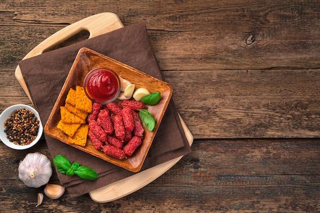 Herzhafte snacks auf braunem hintergrund mit platz zum kopieren