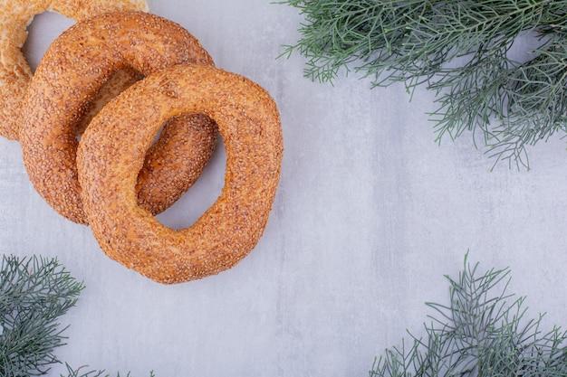 Herzhaftes bündel von bagels auf weißem hintergrund.