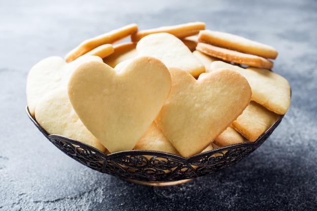 Herzheimplätzchen auf einer platte