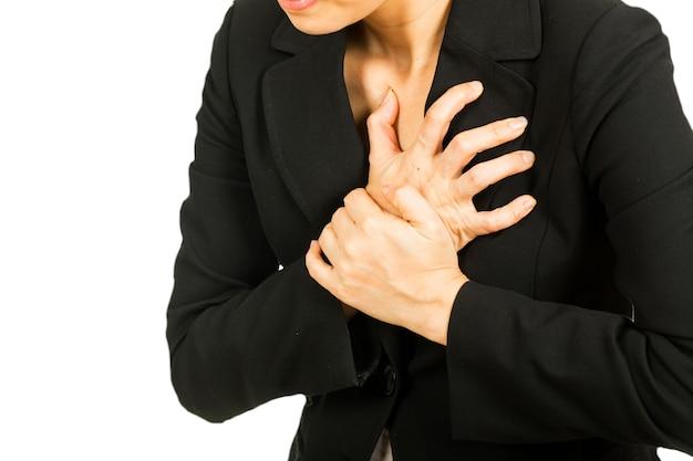 Herzinfarkt, frau, die ihre brust mit zwei händen hält, nachdem sie schmerzen verspürt hat.