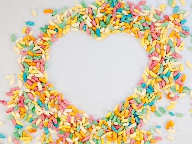 Herzkopienraum umgeben durch süßigkeit