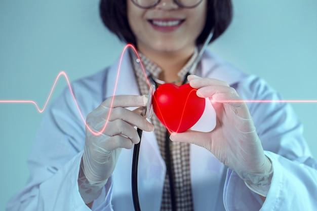 Herzkrankheits-facharzt wird sie mit einem lächeln bedienen.