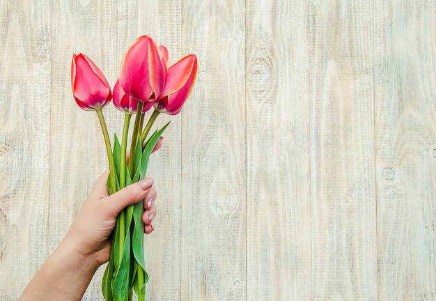 Herzlichen glückwunsch und tulpen auf hellem hintergrund
