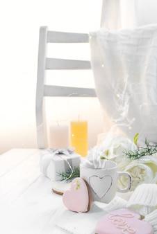Herzplätzchen mit tasse kaffee auf hölzernem hintergrund mit plaid