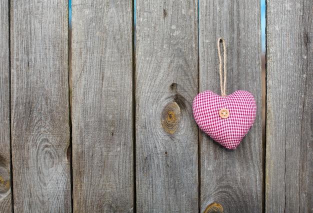 Herzspielzeug auf holzigem hintergrund