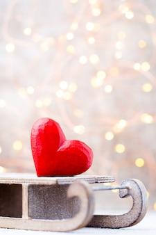Herzspielzeug über schlitten, weihnachtsdekoration