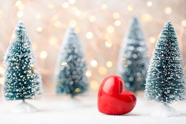 Herzspielzeug und kleine weihnachtsbäume
