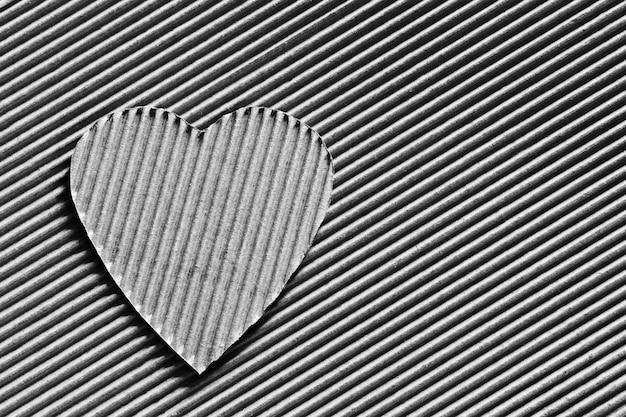Herzsymbol aus wellpappe geschnitzt