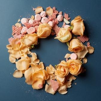 Herzwaffeln und rosenblätter
