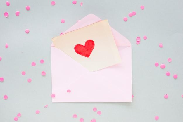 Herzzeichnung auf papier im umschlag