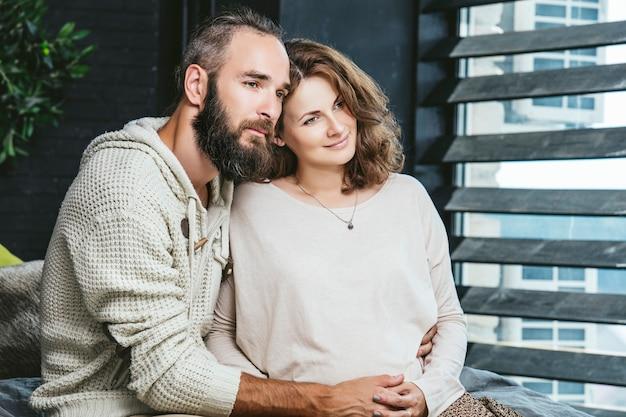 Heterosexuelle paare junger schöner mann und frau auf bett im schlafzimmer zu hause