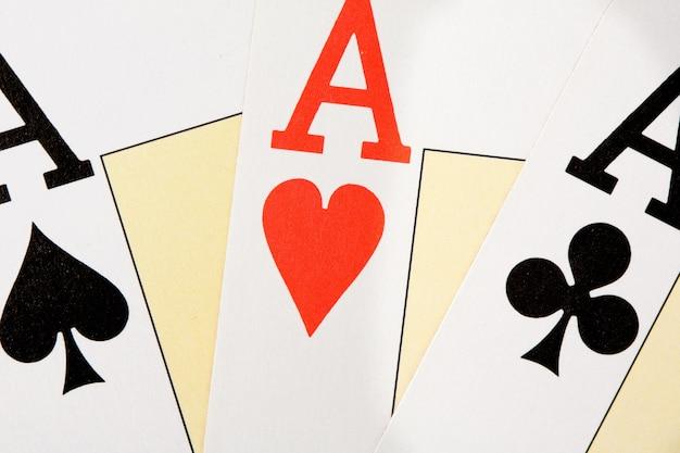 Heute habe ich gute hände. drei asse für poker
